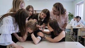 Το κορίτσι είναι μια μαθήτρια που φωνάζει στην κατηγορία και οι συμμαθητές της την παρηγορούν απόθεμα βίντεο