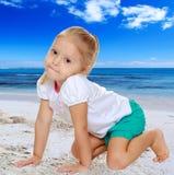 Το κορίτσι είναι σε όλα τα fours Στοκ φωτογραφία με δικαίωμα ελεύθερης χρήσης