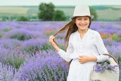 Το κορίτσι είναι στο lavender τομέα, όμορφο πορτρέτο, άσπρο φόρεμα, θερινό τοπίο Στοκ Εικόνες