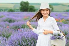 Το κορίτσι είναι στο lavender τομέα, όμορφο πορτρέτο, άσπρο φόρεμα, θερινό τοπίο Στοκ εικόνα με δικαίωμα ελεύθερης χρήσης