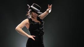 Το κορίτσι είναι χορεύοντας ένας ισπανικός εμπρηστικός χορός Μαύρη ανασκόπηση Llight από πίσω απόθεμα βίντεο