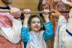 Το κορίτσι είναι 8 χρονών στην εγκάρσια ράβδο Στοκ Φωτογραφίες
