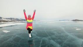 Το κορίτσι εκπαιδεύει τη γιόγκα πρακτικής το χειμώνα Η γυναίκα είναι κάνει το τέντωμα και την περισυλλογή στον πάγο στη φύση Γιόγ απόθεμα βίντεο