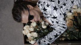 Το κορίτσι εναπόκειται στα λουλούδια φιλμ μικρού μήκους