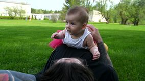 Το κορίτσι εναπόκειται στον μπαμπά στο στομάχι της