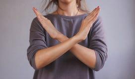 Το κορίτσι δεν παρουσιάζει κανένα χέρι Απομονωμένος στην γκρίζα ανασκόπηση Στοκ Εικόνα