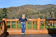 Το κορίτσι εξετάζει τα βουνά Στοκ εικόνα με δικαίωμα ελεύθερης χρήσης