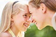 Το κορίτσι εξετάζει τα μάτια της μητέρας Στοκ Εικόνες