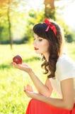 Το κορίτσι εξετάζει τη Apple Στοκ φωτογραφία με δικαίωμα ελεύθερης χρήσης