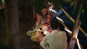 Το κορίτσι εξετάζει το γαμήλιο δαχτυλίδι, χέρι φιλιών ατόμων φιλμ μικρού μήκους