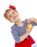 Το κορίτσι εξετάζει το μήλο Στοκ εικόνα με δικαίωμα ελεύθερης χρήσης