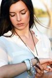 Το κορίτσι εξετάζει το ρολόι Στοκ Εικόνες