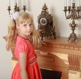 Το κορίτσι εξετάζει το ρολόι Στοκ Εικόνα