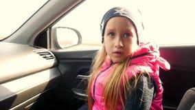 Το κορίτσι εξηγεί τη συνεδρίαση στο αυτοκίνητο απόθεμα βίντεο