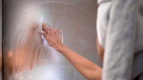 Το κορίτσι επισύρει την προσοχή ένα δάχτυλο η καρδιά στον καθρέφτη λουτρών απόθεμα βίντεο