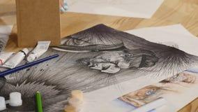 Το κορίτσι επισύρει την προσοχή το σκίτσο μολυβιών σε χαρτί κλείστε επάνω φιλμ μικρού μήκους