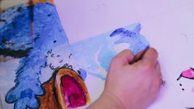 Το κορίτσι επισύρει την προσοχή το watercolor σε ένα άσπρο φύλλο απόθεμα βίντεο