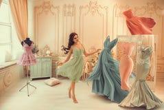 Το κορίτσι επιλέγει ένα φόρεμα στοκ φωτογραφία με δικαίωμα ελεύθερης χρήσης