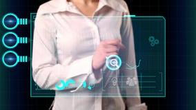 Το κορίτσι επιλέγει στην εικονική οθόνη τις ανερχόμενες αγορές επιγραφής Σύγχρονη έννοια μάρκετινγκ φιλμ μικρού μήκους