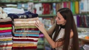 Το κορίτσι επιλέγει knitwear απόθεμα βίντεο