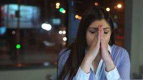 Το κορίτσι εργάζεται αργά στο γραφείο, πονοκέφαλος απόθεμα βίντεο