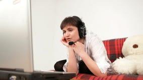 Το κορίτσι δεσμεύει την τηλεοπτική κλήση στο lap-top σας απόθεμα βίντεο