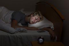 Το κορίτσι εφήβων έχει το τηλέφωνο κυττάρων εδώ κοντά ακόμη και στον ύπνο της Στοκ Εικόνες