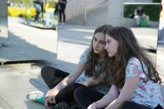 Το κορίτσι εφήβων απεικόνισε στον καθρέφτη με μια λυπημένη συνεδρίαση προσώπου στη θέση λωτού στο πάρκο στοκ φωτογραφία με δικαίωμα ελεύθερης χρήσης