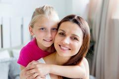Το κορίτσι εφήβων δίνει στο όμορφο νέο mom της ένα παρόν στοκ φωτογραφία