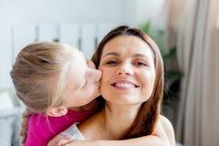 Το κορίτσι εφήβων δίνει στο όμορφο νέο mom της ένα παρόν στοκ εικόνα