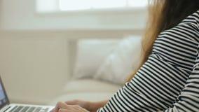Το κορίτσι εφήβων δακτυλογραφεί στο lap-top steadycam πυροβολισμός απόθεμα βίντεο