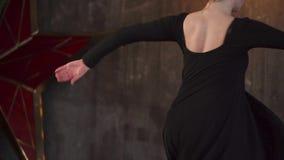 Το κορίτσι εφήβων εκπαιδεύει σε ένα στούντιο χορού το βράδυ απόθεμα βίντεο