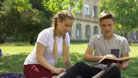 Το κορίτσι εφήβων κάνει την προσπάθεια να φιλήσει το αγόρι, νεαρός άνδρας που επιλέγει τη μελέτη, απογοήτευση απόθεμα βίντεο