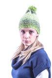 Το κορίτσι εφήβων με πλέκει το καπέλο και τη ζακέτα στοκ φωτογραφίες με δικαίωμα ελεύθερης χρήσης