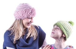 Το κορίτσι εφήβων με πλέκει το καπέλο και τη ζακέτα Στοκ Εικόνες