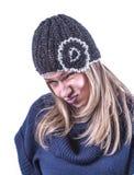 Το κορίτσι εφήβων με πλέκει το καπέλο και τη ζακέτα Στοκ Φωτογραφία