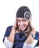 Το κορίτσι εφήβων με πλέκει το καπέλο και τη ζακέτα Στοκ Εικόνα