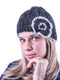 Το κορίτσι εφήβων με πλέκει το καπέλο και τη ζακέτα Στοκ φωτογραφία με δικαίωμα ελεύθερης χρήσης