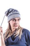 Το κορίτσι εφήβων με πλέκει το καπέλο και τη ζακέτα Στοκ Φωτογραφίες