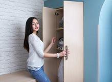 Το κορίτσι εφήβων παίρνει τα ενδύματα από την ντουλάπα Στοκ φωτογραφία με δικαίωμα ελεύθερης χρήσης