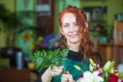Το κορίτσι εφήβων στο ανθοπωλείο αγοράζει τους ηλίανθους Στοκ εικόνα με δικαίωμα ελεύθερης χρήσης