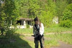 Το κορίτσι εφήβων την βγάζει που αναρριχείται στον εξοπλισμό Στοκ Φωτογραφία