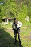 Το κορίτσι εφήβων την βγάζει που αναρριχείται στον εξοπλισμό Στοκ φωτογραφία με δικαίωμα ελεύθερης χρήσης