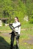 Το κορίτσι εφήβων την βγάζει που αναρριχείται στον εξοπλισμό Στοκ Εικόνες