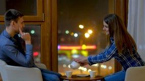 Το κορίτσι ζευγών επικοινωνίας ελεύθερου χρόνου χύνει το τσάι απόθεμα βίντεο