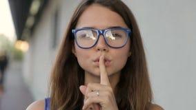 Το κορίτσι ζητά τη σιωπή φιλμ μικρού μήκους