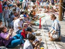 Το κορίτσι ιπποτών επικοινωνεί με τους επισκέπτες στους ιππότες φεστιβάλ ` της Ιερουσαλήμ ` στην Ιερουσαλήμ, Ισραήλ Στοκ Εικόνα
