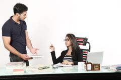 Το κορίτσι κάθεται και το αγόρι κρατά το σημειωματάριο διαθέσιμο στοκ εικόνες
