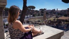 Το κορίτσι κάθεται και θαυμάζοντας την άποψη του πάρκου φιλμ μικρού μήκους