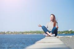 Το κορίτσι κάθεται σε ένα στηθαίο 05 Στοκ εικόνες με δικαίωμα ελεύθερης χρήσης
